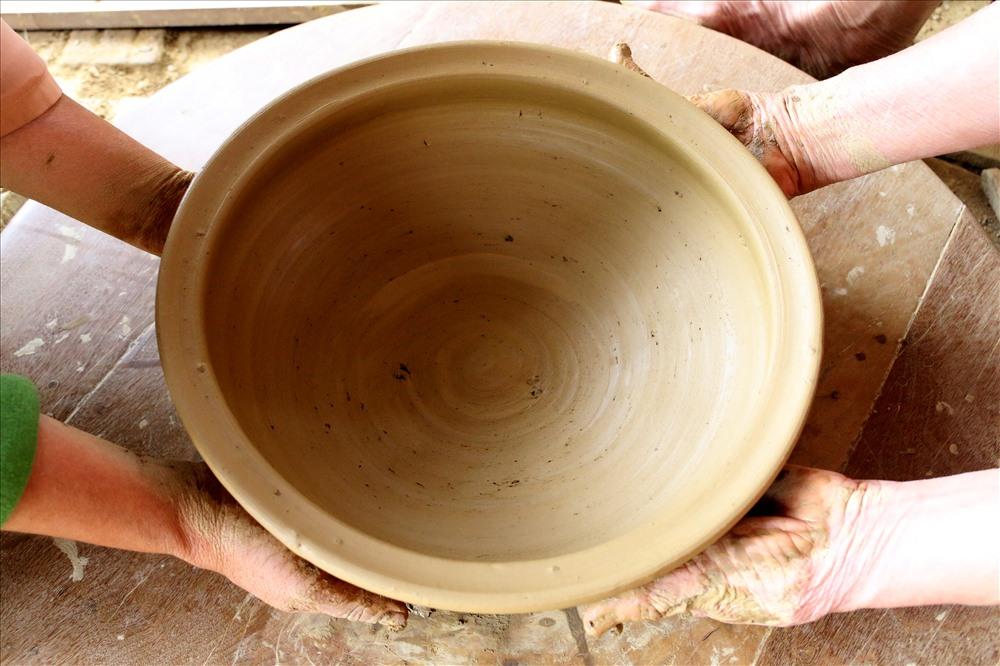 Từ chất liệu đất sét được lấy từ dòng sông Thu Bồn, họ say sưa nhào nặn đất, tạo nên hàng trăm mặt hàng bằng gốm như chum, vại, bình rượu, bình trà, tò he...