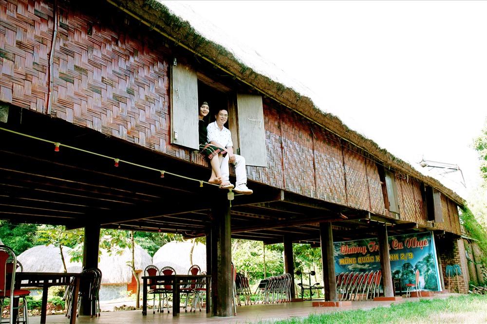 Đến với Đắk Nông, du khách luôn mong  muốn tìm về với giá trị văn hóa bản địa với nhà sàn, ăn cơm lam. Ảnh:HL