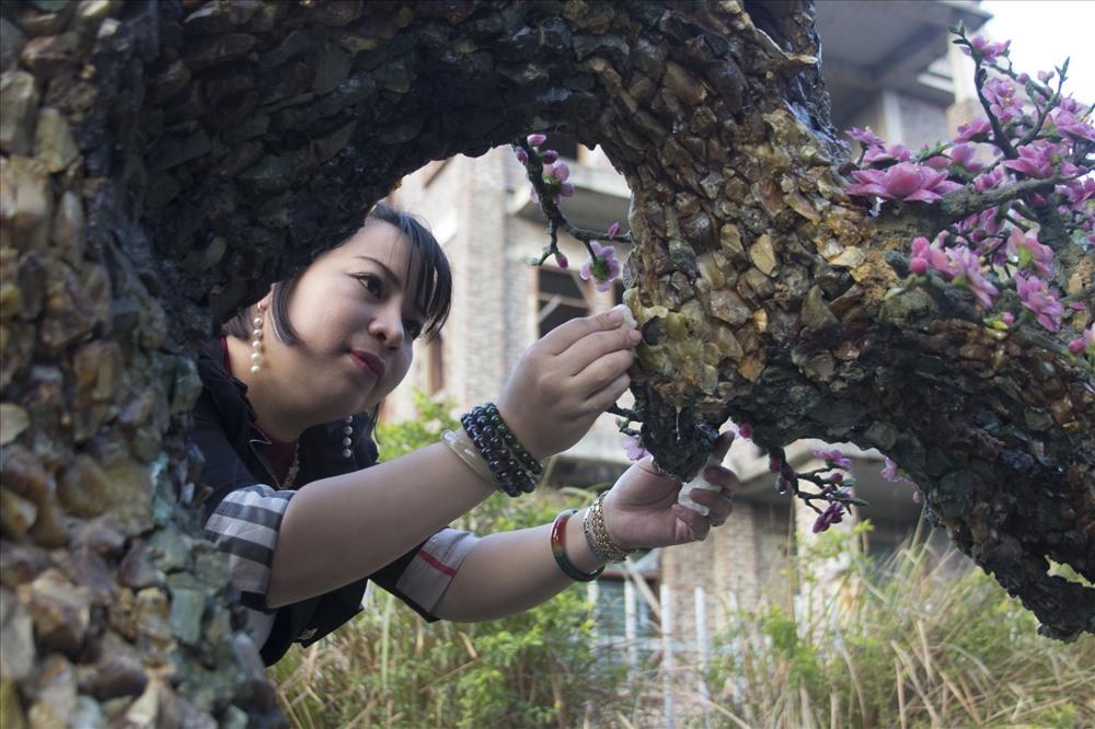 Trao đổi với Lao Động, chị Diệu Hương (Tây Hồ, Hà Nội) cho biết, do chị từng là giáo viên môn mỹ thuật hơn 10 năm nên tự tạo ra bản vẽ cho các sản phẩm của cây đào. Tuy nhiên để có 1 cây đào trông thật nhất chị Hương đã phải tham khảo ý kiến của nhiều chuyên gia cây cảnh, những người trồng đào lâu năm tại khu vực nhật tân đến tư vấn về dáng cây, kĩ thuật, chi tiết cần chú ý.
