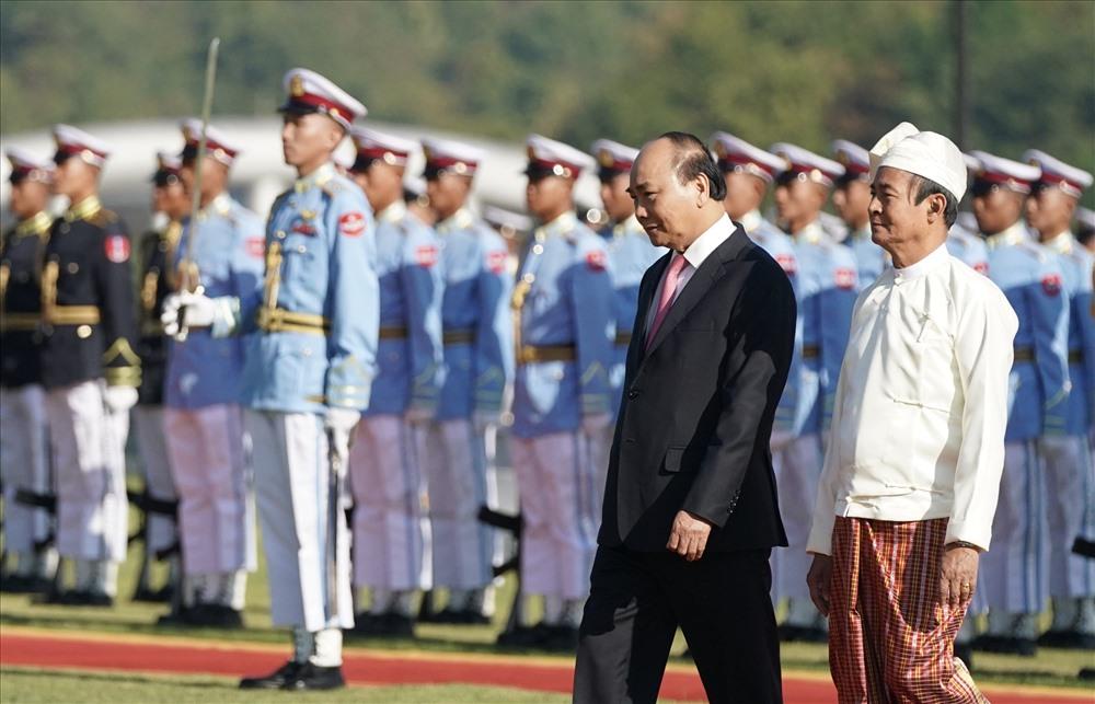Thủ tướng Nguyễn Xuân Phúc và Tổng thống Myanmar Win Myint duyệt đội danh dự. Ảnh: VGP