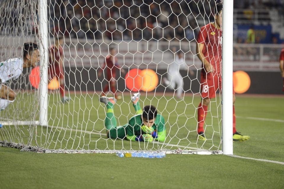 Thủ môn Bùi Tiến Dũng mắc sai lầm dẫn đến bàn thua của U22 Việt Nam. Ảnh: Anh Tuấn