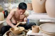 """Đôi """"bàn tay vàng"""" của nghệ nhân gốm khiếm thính"""