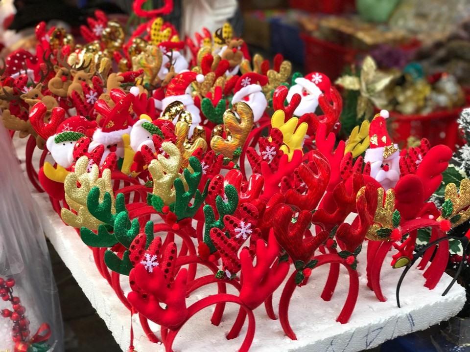 Thời điểm này, trên con phố Hàng Mã quen thuộc, đã có thể thấy tràn ngập đồ trang trí Giáng sinh được bày bán.