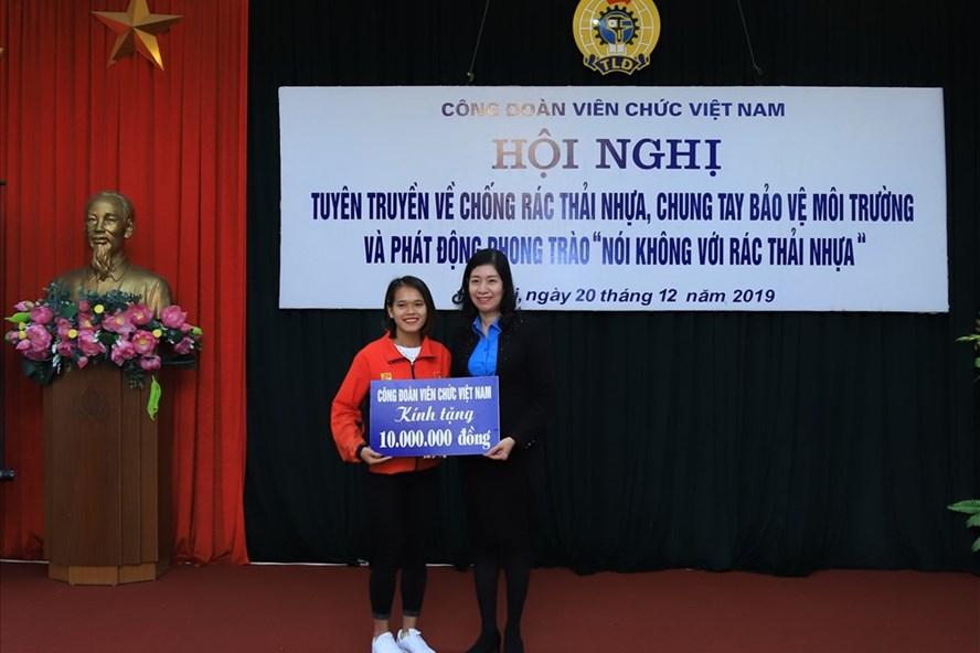 Vận động viên điền kinh Phạm Thị Hồng Lệ (trái) nhận phần thưởng từ Công đoàn Viên chức Việt Nam.