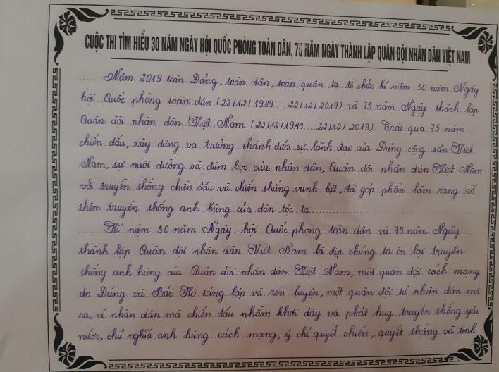 Trong đó có những tác phẩm viết tay của các em học sinh.