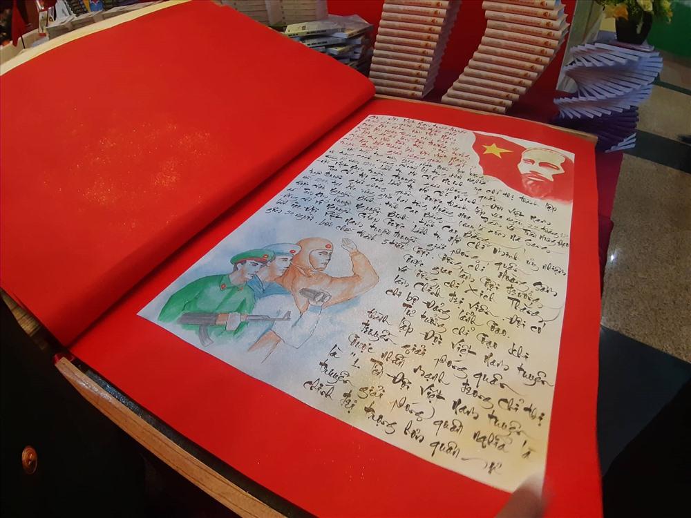 Tác phẩm được đầu tư công phu, viết bằng chữ thư pháp có kèm theo hình ảnh minh họa.