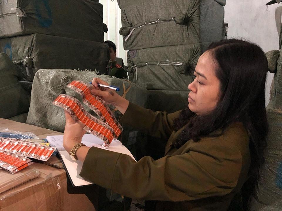 Nhiều sản phẩm bao cao su nghi giả mạo thương hiệu, nhập lậu vào Việt Nam. Ảnh: C.N