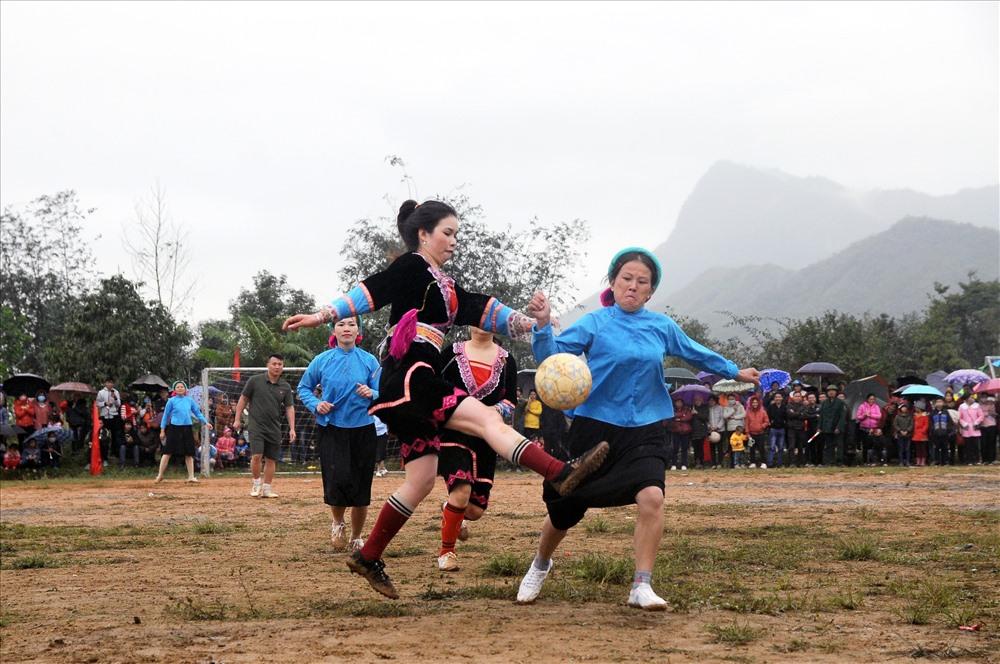 Tháng 4 - Chủ đề: Khám phá Việt Nam Tác phẩm: Trận bóng đá nữ các dân tộc trên đỉnh Pò Hèn Tác giả: Nguyễn Quốc Toàn - Quảng Ninh