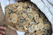 Đào móng nhà phát hiện 3 hũ sành đựng hơn 100kg tiền xu cổ