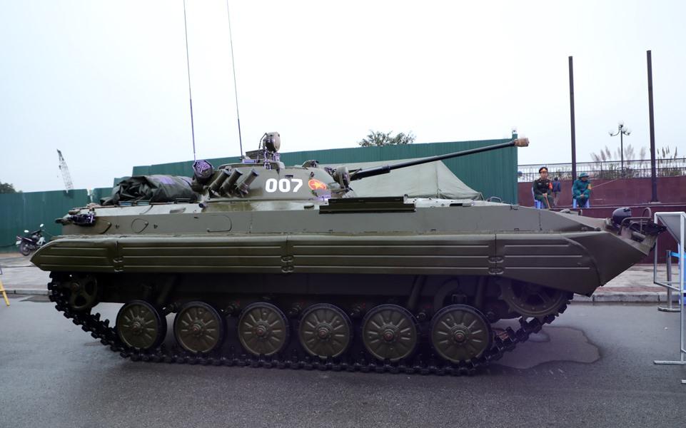 BMP-2 là thế hệ xe chiến đấu bộ binh thứ hai, được Liên Xô thiết kế và đưa vào chế tạo từ thập niên 1980. So với BMP-1, BMP-2 được cải tiến mạnh mẽ về khả năng bảo vệ trước hỏa lực của đối phương.  Hỏa lực trên xe trở nên mạnh hơn với pháo tự động 2A42 30 mm, súng máy PKT đồng trục 7,62 mm cùng hộp đạn 2.000 viên, và tên lửa chống tăng 9M111 Fagot hoặc 9M113 Konkurs. Ngoài ra, xe có thể được trang bị cả RPG-7 với cơ số đạn là 5 quả.