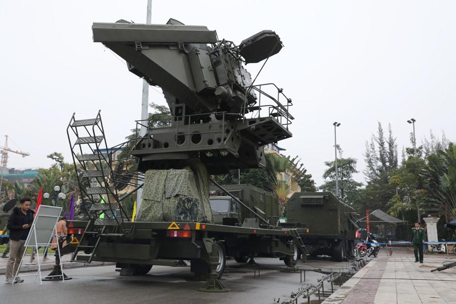 Đài điều khiển SNR-125-2TM là một tổ hợp ra-đa xung đốp lơ 3 tham số, có 2 rãnh mục tiêu và 2 rãnh đạn, giữ chức năng sục sạo phát hiện, bám sát mục tiêu và điều khiển đồng thời 2 đạn diệt 2 mục tiêu khác nhau hoặc 2 đạn cùng diệt 1 mục tiêu. Tổ hợp đài điều khiển SNR-125-2TM gồm 2 xe: xe an-ten UNV-2TM và xe điều khiển UNK-2TM.