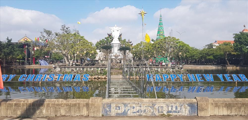 Quần thể Nhà thờ đá Phát Diệm được trang hoàng lộng lẫy để chào đón Noel. Ảnh: NT