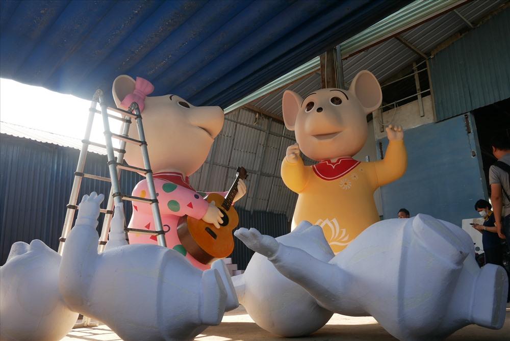 Được dùng đặt ở cổng chào, 2 linh vật chuột lớn nhất lần lượt cao 3m và 2,5m, với tạo hình làm nhạc trưởng và chơi đàn. Xung quanh là đàn chuột 7 con với hoạt động đánh trống, thổi kèn mừng xuân.