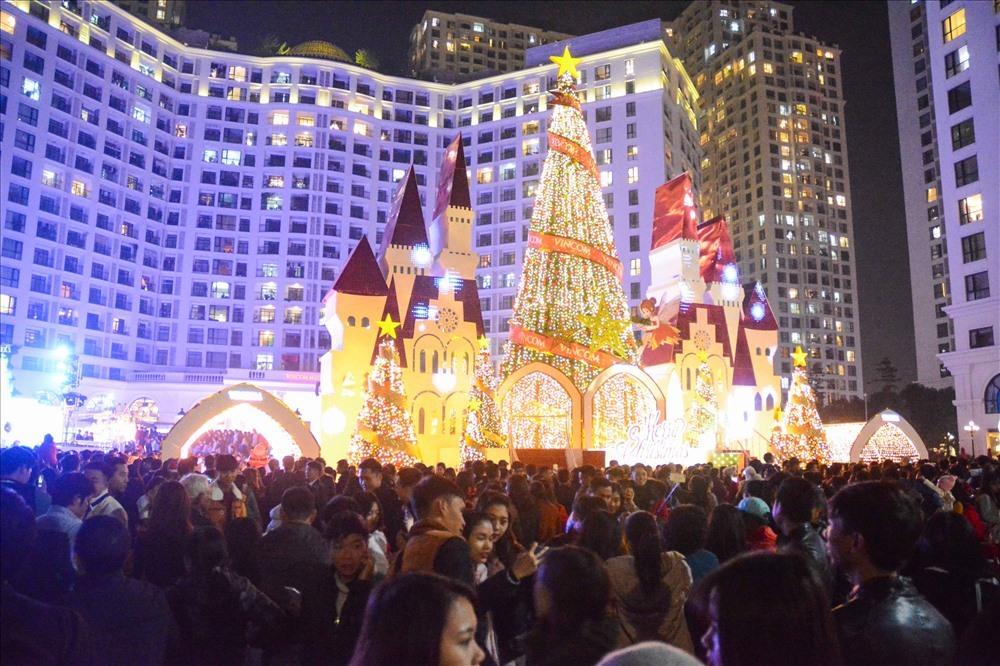 Những trung tâm thương mại vào đêm Noel cũng sẽ diễn ra các hoạt động vui chơi đặc sắc. Đây cũng là địa điểm vui chơi được nhiều người lựa chọn để đi chơi đêm Giáng sinh. Ảnh: LDO.