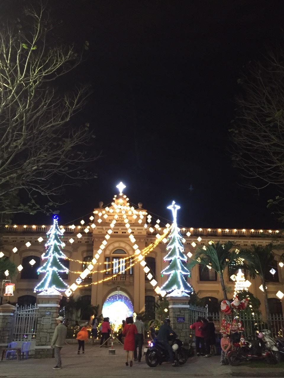 Nhiều khu vực trong khuôn viên nhà thờ đều được trang hoàng đèn hoa lộng lẫy.
