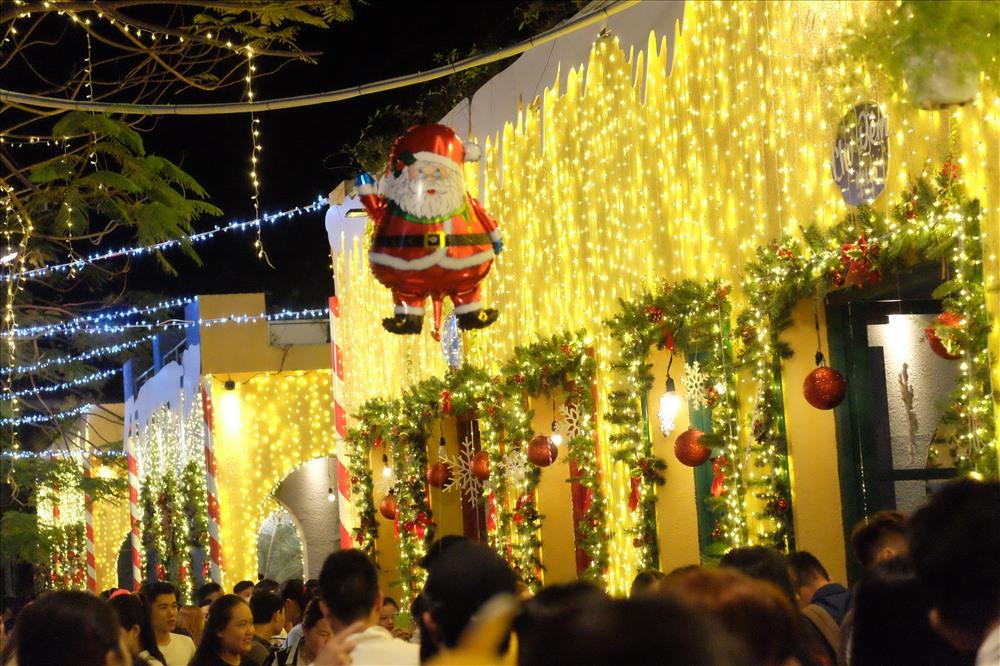 Hình ảnh Ông già Noel xuất hiện khắp mọi nơi.