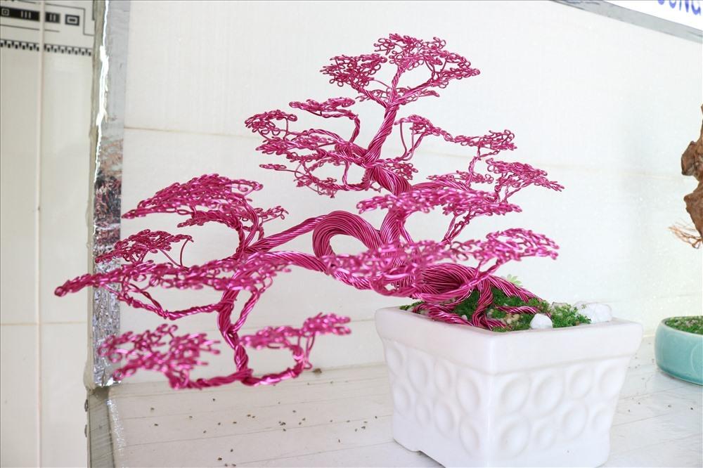 Những chậu bonsai bằng dây đồng thành phẩm rất đa dạng và bắt mắt của Ngọc Anh. Ảnh: Lan Ngô