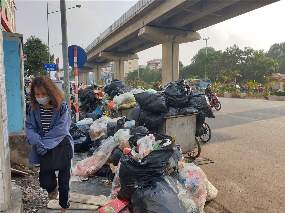 Cũng theo ghi nhận của phóng viên, tại ngã ba giao giữa Trần Phú với An Hòa (Hà Đông), lượng rác tập kết trên xe và dưới vỉa hè lòng đường là rất lớn. Thậm chí những xe rác này còn chiếm 1 phần diện tích vỉa hè rất lớn, khiến người đi bộ phải lách qua những khe hẹp và đi xuống dưới lòng đường.
