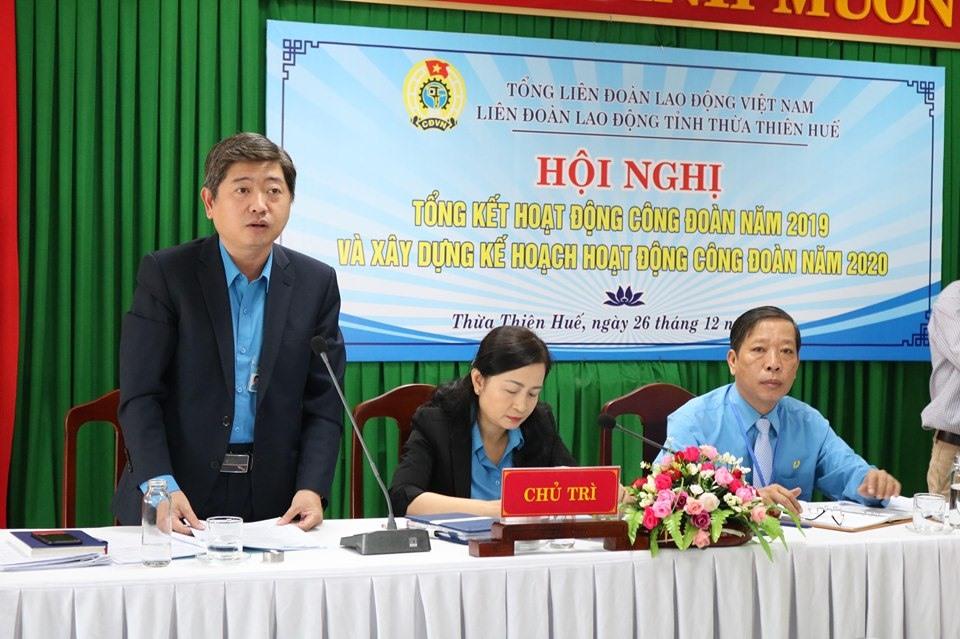 Đồng chí Phan Hồng Anh - Phó Chủ tịch LĐLĐ Thừa Thiên - Huế phát biểu tại hội nghị.