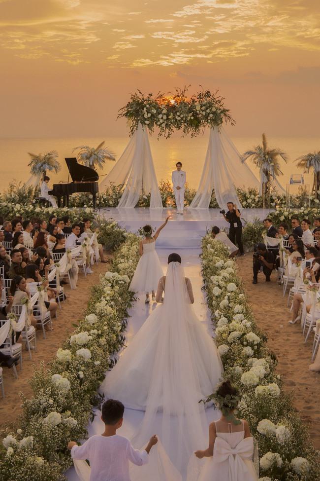 """Đám cưới xa hoa, """"chơi trội"""" nhất showbiz Việt 2019 có lẽ thuộc về Ông Cao Thắng - Đông Nhi. Sau chặng đường yêu 10 năm, cặp đôi đã quyết định tổ chức hôn lễ hoành tráng tại Phú Quốc. Ảnh: DN."""