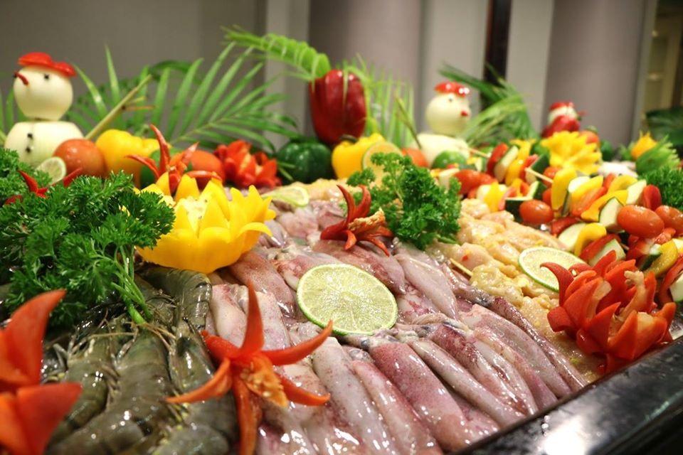 Các món hải sản tươi ngon là lựa chọn hấp dẫn cho du khách khi tham gia tiệc đón mừng năm mới.
