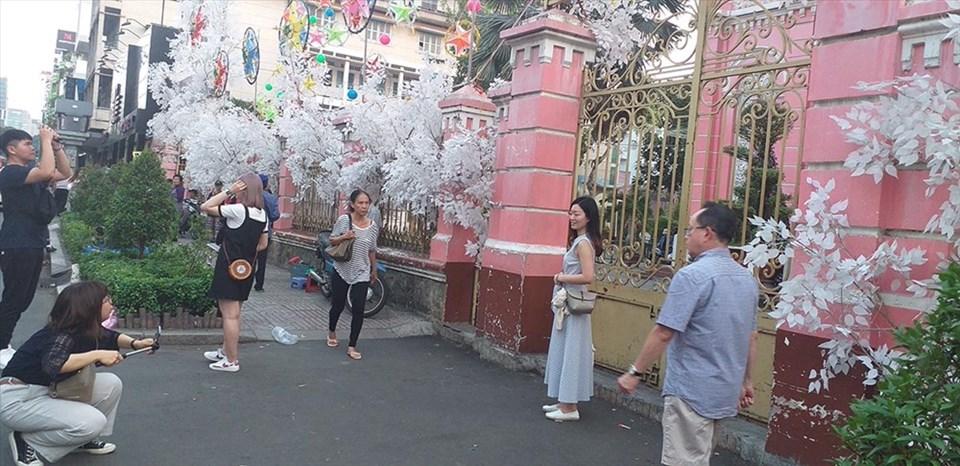 Nhiều du khách thích chụp hình tại nhà thờ Tân Định – một điểm đến trong tour TP.HCM. Ảnh: QUỲNH NHƯ