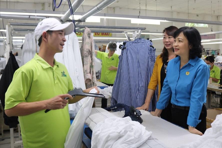 Bà Nguyễn Khoa Hoài Hương (áo xanh, phải) - Chủ tịch LĐLĐ Thừa Thiên - Huế đi thăm công nhân lao động. Ảnh: PĐ.