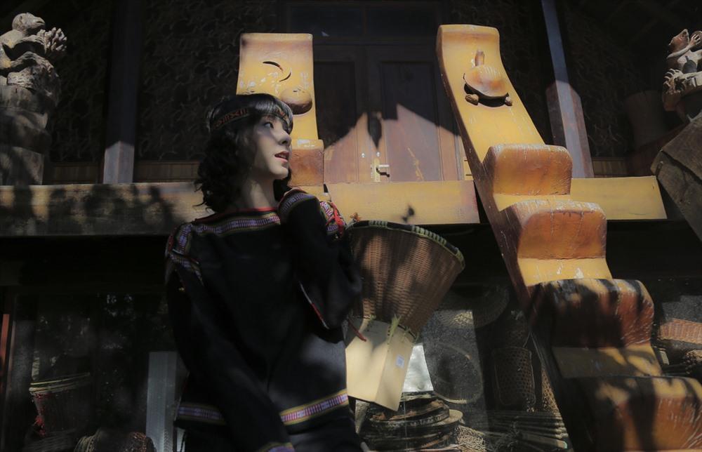 Xưa kia, những thiếu nữ người Ê Đê thường đi chân đất, khi rời khỏi buôn, luôn mang ở sau lưng một chiếc bung (gùi) với đề bằng gỗ vuông, cao khoảng một gang tay.