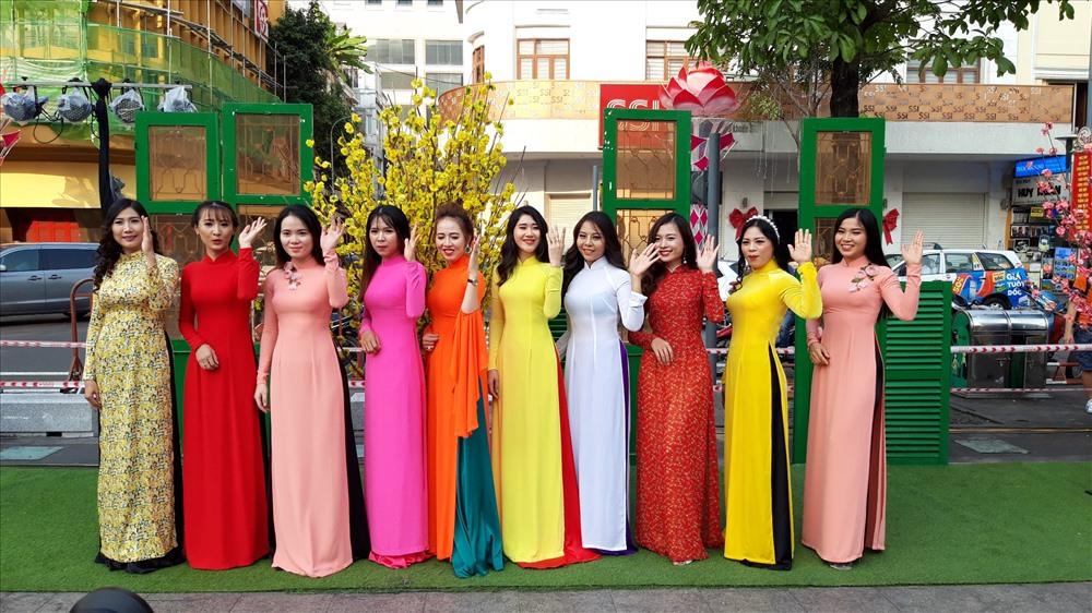 Dàn người mẫu xinh đẹp tham gia chương trình văn nghệ trên phố đi bộ Nguyễn Huệ. Ảnh TK.
