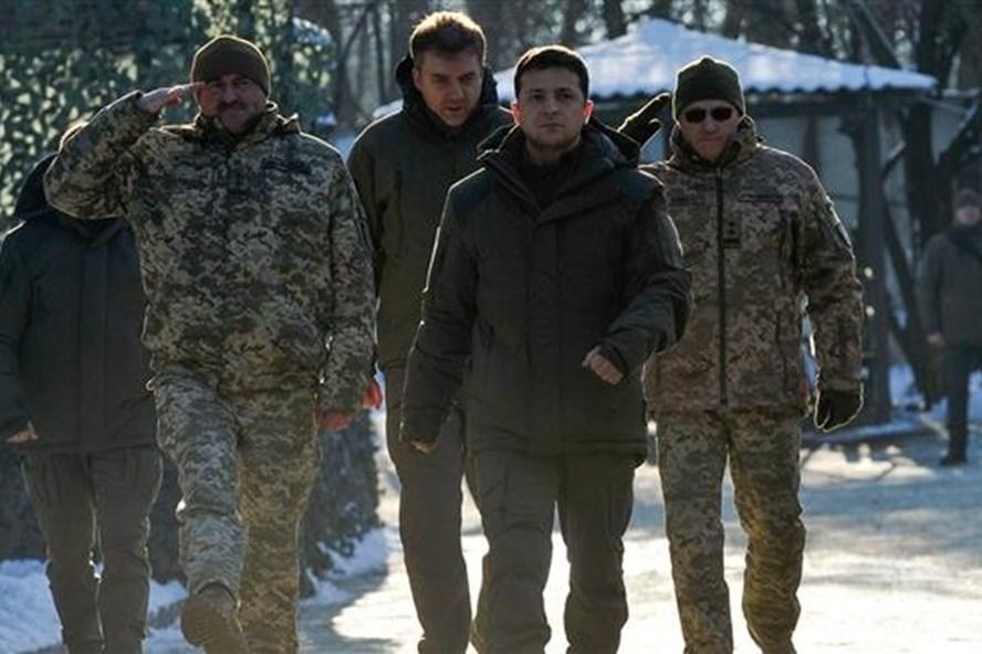 Tổng thống Volodymyr Zelensky (thứ hai từ phải) thăm vùng Donetsk ngày 6.12.2019. Ảnh: AFP