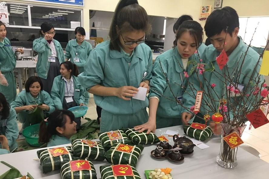 Thi gói bánh chưng làm một trong những hoạt động của chương trình Tết Sum vầy do CĐ phối hợp chuyên môn tổ chức được NLĐ mong đợi. Ảnh: T.E.A