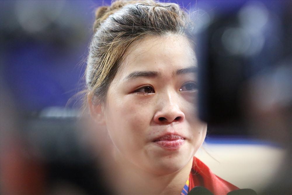 Hoàng Thị Duyên bật khóc sau khi giành tấm Huy chương Vàng SEA Games 30. Ảnh: Hoài Thu
