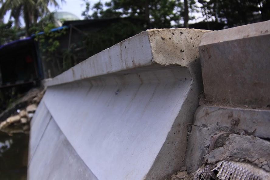 Để thay thế toàn bộ bờ kè đá quanh hồ Hoàn Kiếm đang bị xuống cấp nghiêm trọng, Hà Nội cho thí điểm kè những khối bêtông nặng khoảng 2 tấn, dài 1m này ở hồ Trúc Bạch. Ảnh PV