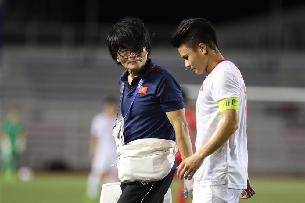 Quang Hải bị đau phải rời sân. Ảnh: H.P