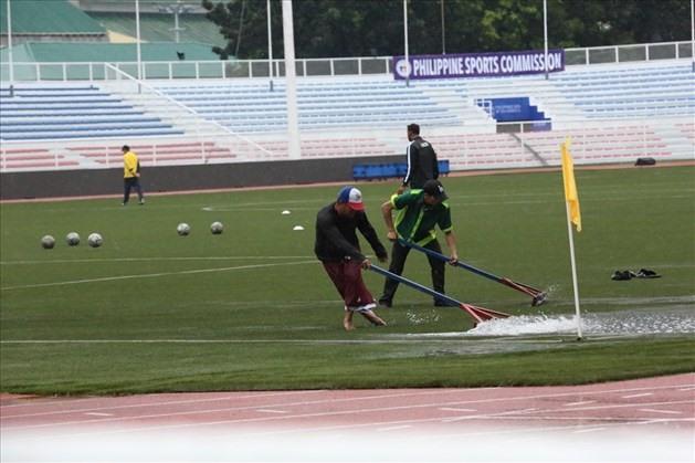 Mưa lớn gây ngập sân thi đấu của đội tuyển U22 Việt Nam và U22 Singapore. Ảnh: Hoài Thu