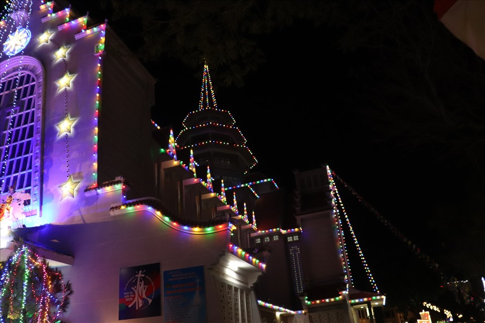 Vào những dịp Giáng sinh, nhà thờ được trang hoàng và khoác lên vẻ đẹp huyền bí, lộng lẫy bởi hệ thống đèn tràn ngập màu sắc.