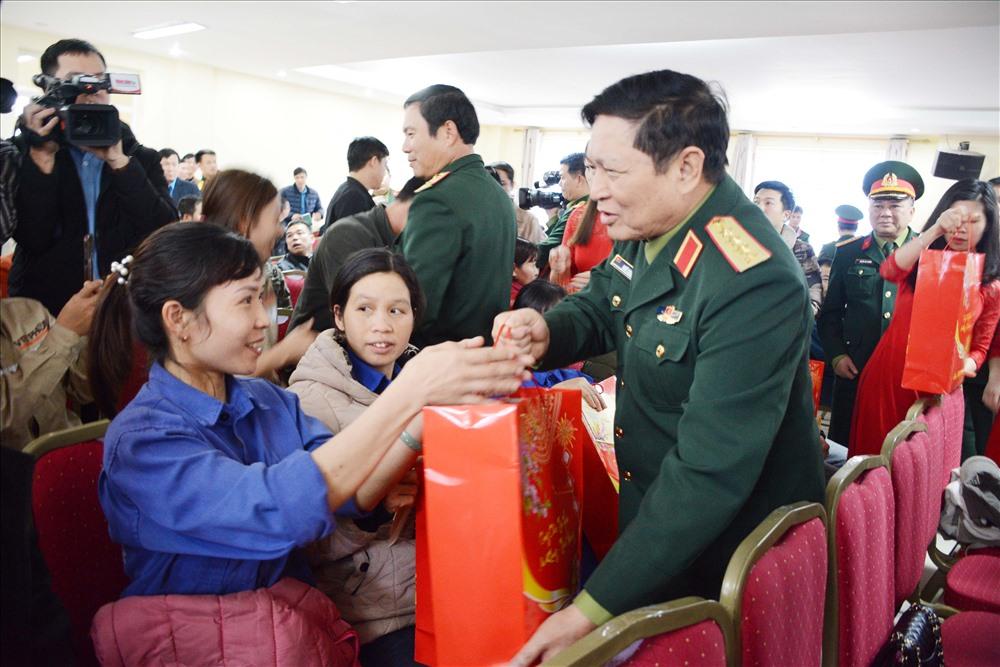 Bộ trưởng Bộ Quốc phòng Ngô Xuân Lịch tặng quà công nhân lao động. Ảnh: D.H