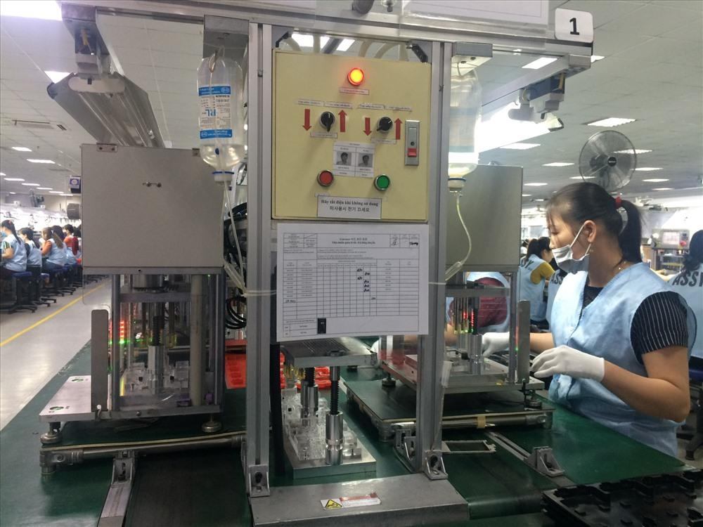 Công nhân ngành điện tử trong giờ làm việc. Ảnh minh họa: Quế Chi