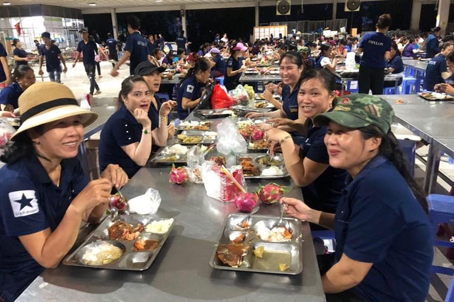 Bữa ăn ca công nhân Công ty Changshin VN luôn đầy ắp tiếng cười.Ảnh: HAC