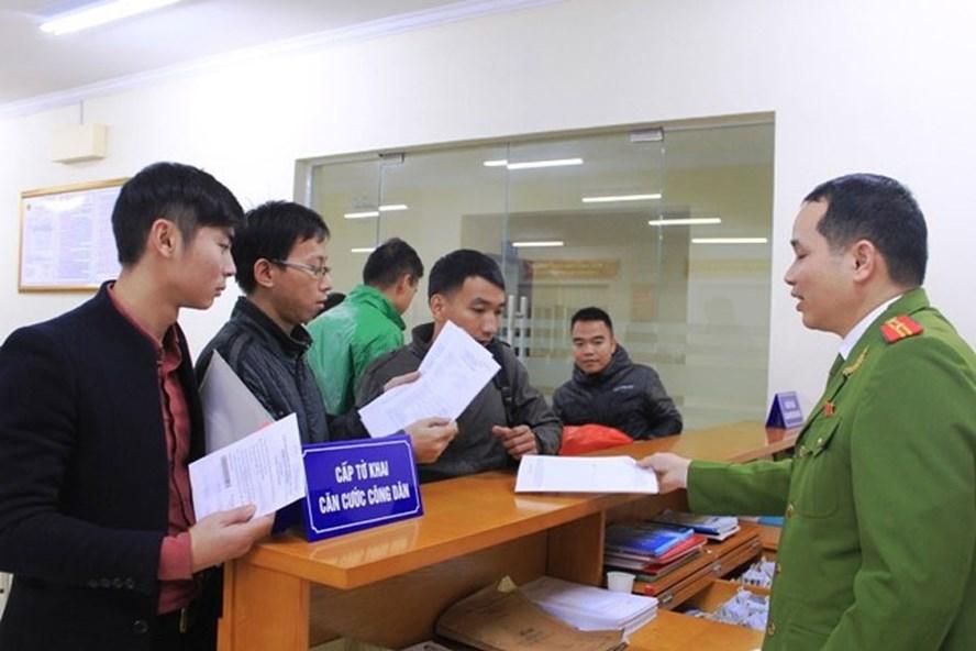 Nhiều người thực hiện việc cấp, đổi thẻ CCCD. Ảnh PV