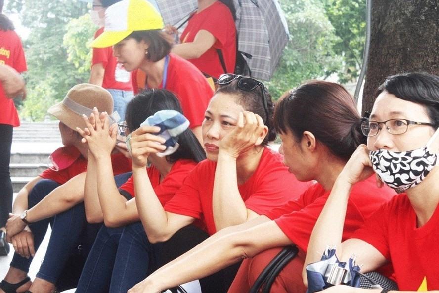 Giáo viên hợp đồng chờ ở trụ sở tiếp công dân để gửi tâm tư, nguyện vọng đến lãnh đạo Hà Nội. Ảnh: Huyền Trần