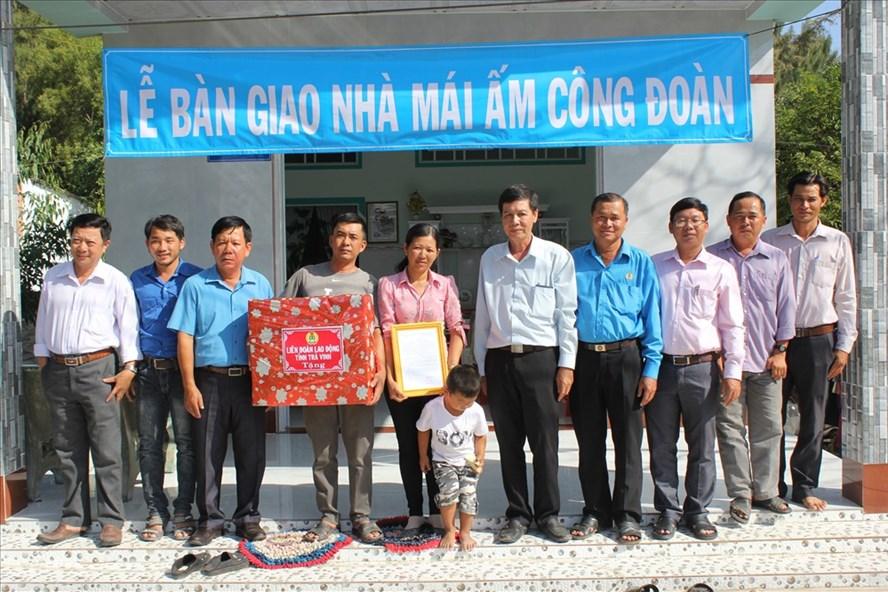 Lễ bàn giao mái ấm công đoàn cho gia đình anh Nguyễn Văn Phúc. Ảnh: TR.L