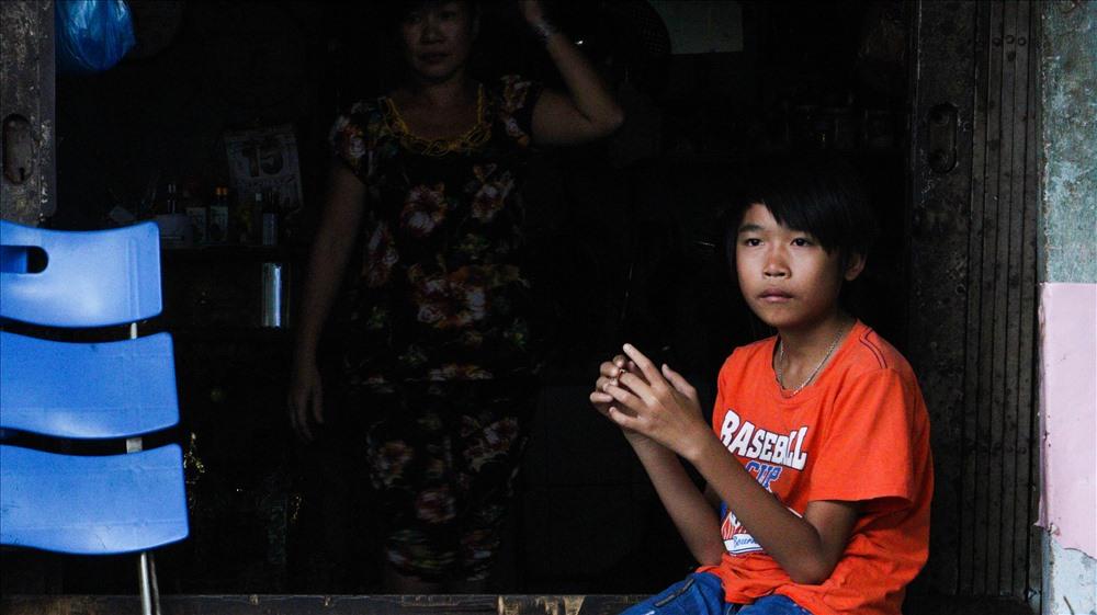 Phát năm nay 16 tuổi. Hai anh em Phát bị bố mẹ bỏ rơi và sống với bà ngoại bằng nghề bán vé số. Sau khi bà mất, Phát cùng em trai nương tựa vào dì của mình tại một căn nhà thuê chỉ vọn vẹn 25m2.