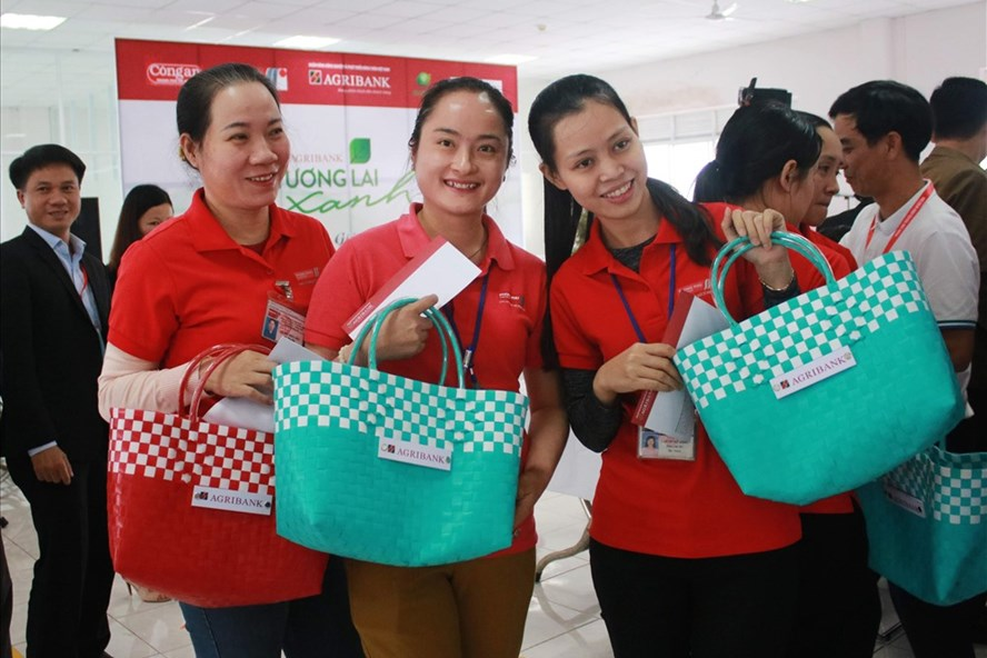 Công nhân Đà Nẵng nhận giỏ xách, hưởng ứng giảm rác thải nhựa. Ảnh: TT