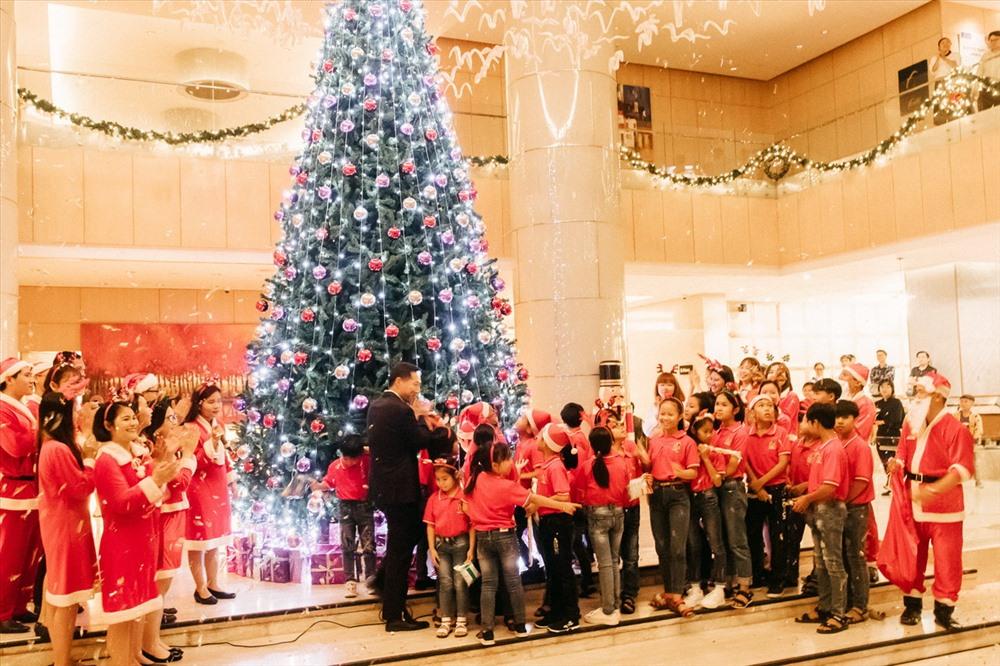 Cây thông Noel tại Khách sạn Sheraton Nha Trang được thắp sáng trong niềm vui hân hoan của các em nhỏ
