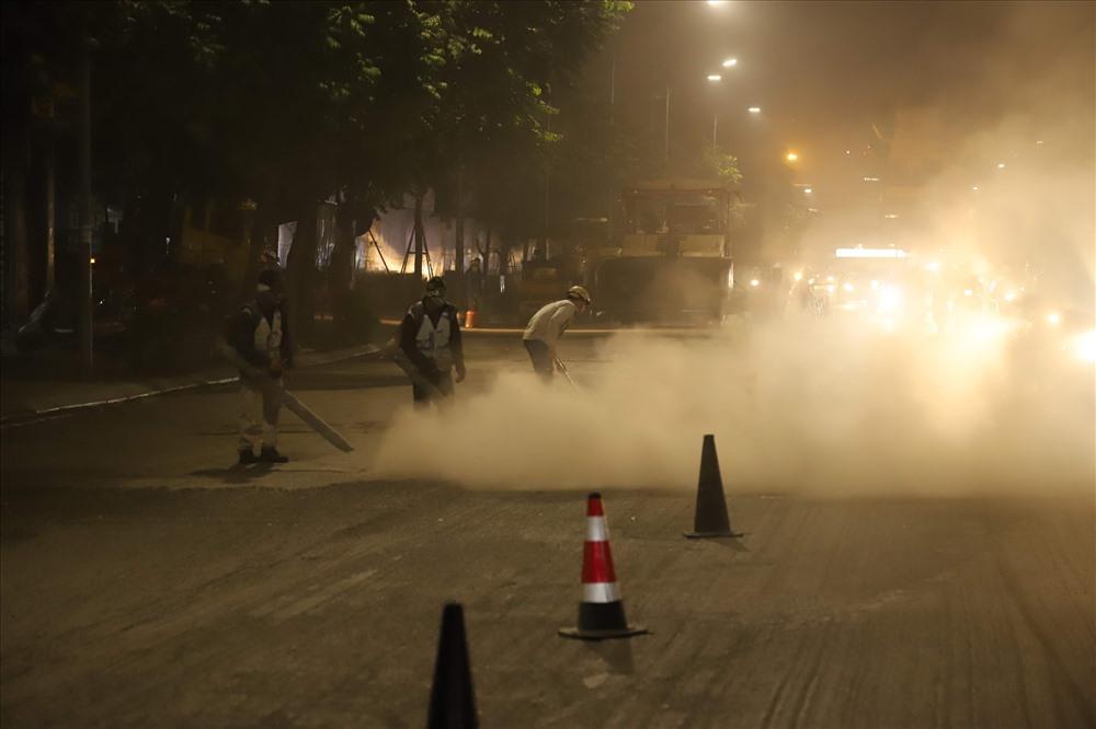 tại đoạn đường Nguyễn Trãi thuộc khu vực quận Thanh Xuân và Hà Đông (Hà Nội) đơn vị thi công không phun nước mặt đường chống bụi theo quy định, thậm chí dùng máy xịt bụi bay mù trời gây ô nhiễm môi trường nghiêm trọng.