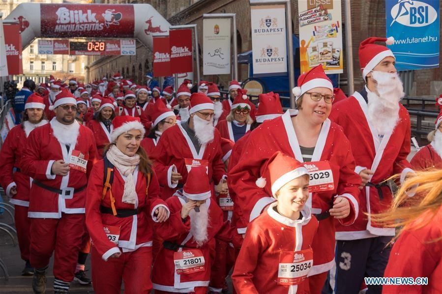 Santa Run là cuộc chạy diễn ra hàng năm vào khoảng đầu tháng 12 ở Budapest. Ảnh: Attila Volgyi/Xinhua.