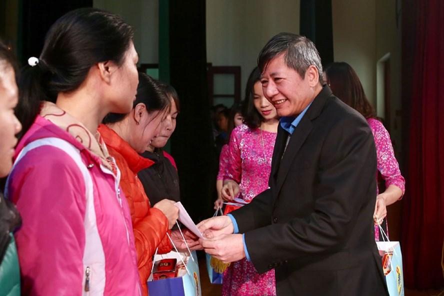 Phó Chủ tịch Thường trực Tổng LĐLĐVN Trần Thanh Hải trao quà Tết tới đoàn viên, NLĐ có hoàn cảnh khó khăn.
