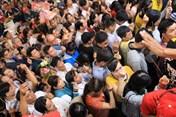 Đám đông chen lấn xô đẩy để thắp hương tại miếu Bà Thiên Hậu