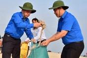 Chủ tịch tỉnh Thừa Thiên - Huế tham gia nhặt rác làm sạch bãi biển